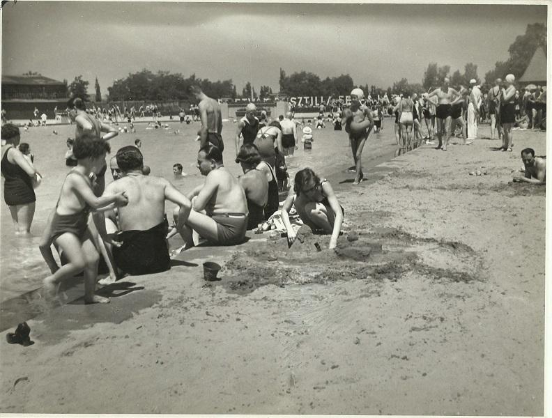 Margitszigeti strand, fürdőzőkkel - Magyar Kereskedelmi és Vendéglátóipari Múzeum, CC BY-NC-ND