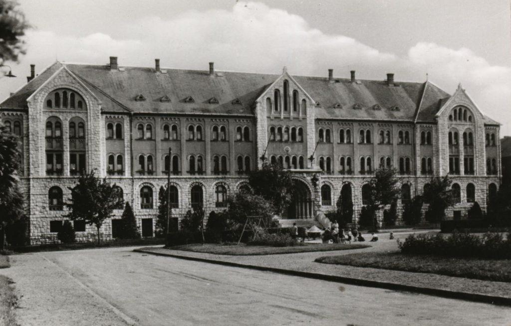 Pécsi Orvostudományi Egyetem Kollégiuma- Csorba Győző Könyvár - Pécs, CC BY-NC