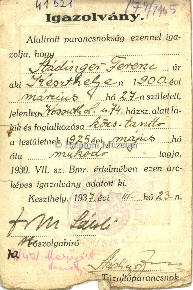 Stádinger Ferenc (szül.: 1900.03.27-én Keszthelyen) községi tanítónak, tűzoltóparancsnoknak a tűzoltóparancsnokság által kiállított arcképes igazolványa.
