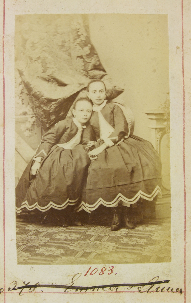 Szarka Emma és Anna egész alakos képe, CC BY-NC-ND
