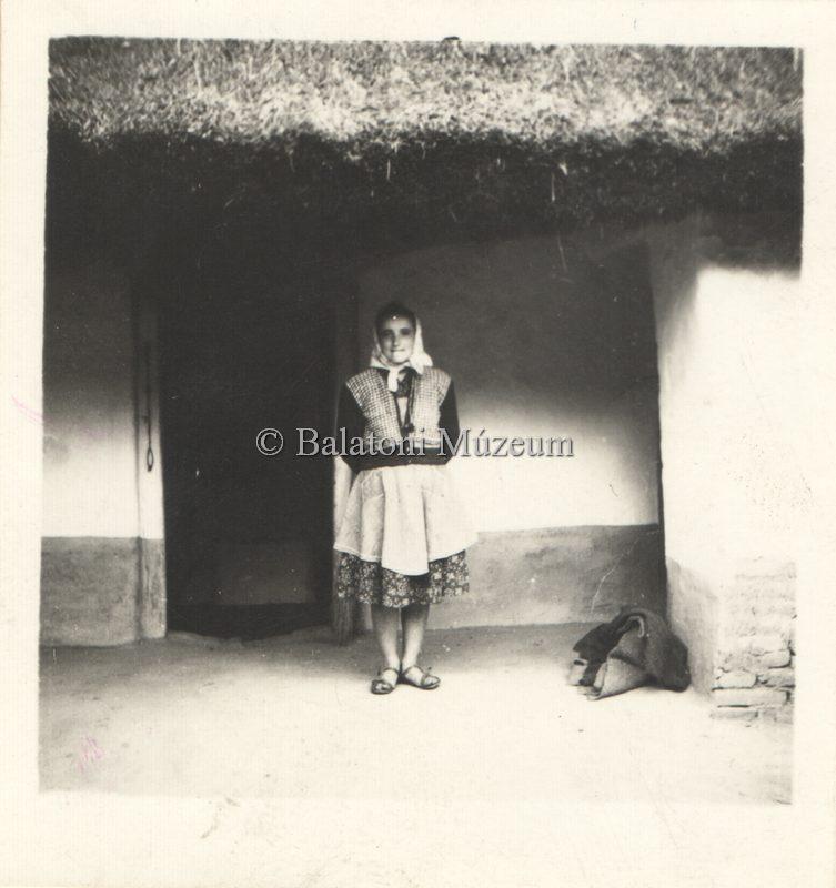 Vörsi parasztház előtt álló asszony