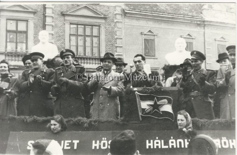 Ünnepség 1952-ben a keszthelyi Fő téren (MaNDA adatbázis)