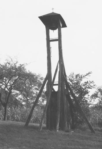 Csőszök használta harangláb a surdi szőlőhegyen (MaNDA datbázis)