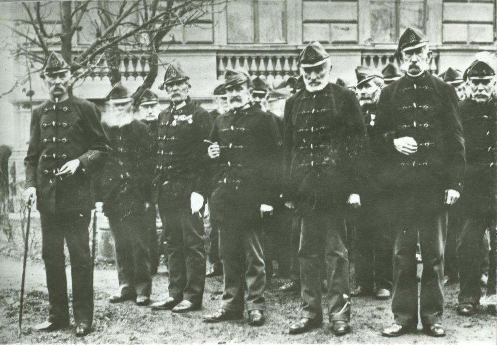 Krúdy Gyula nagyapja, a Honvéd Menház parancsnokaként (a képen baloldalt, elöl) - Déri Múzeum, CC BY
