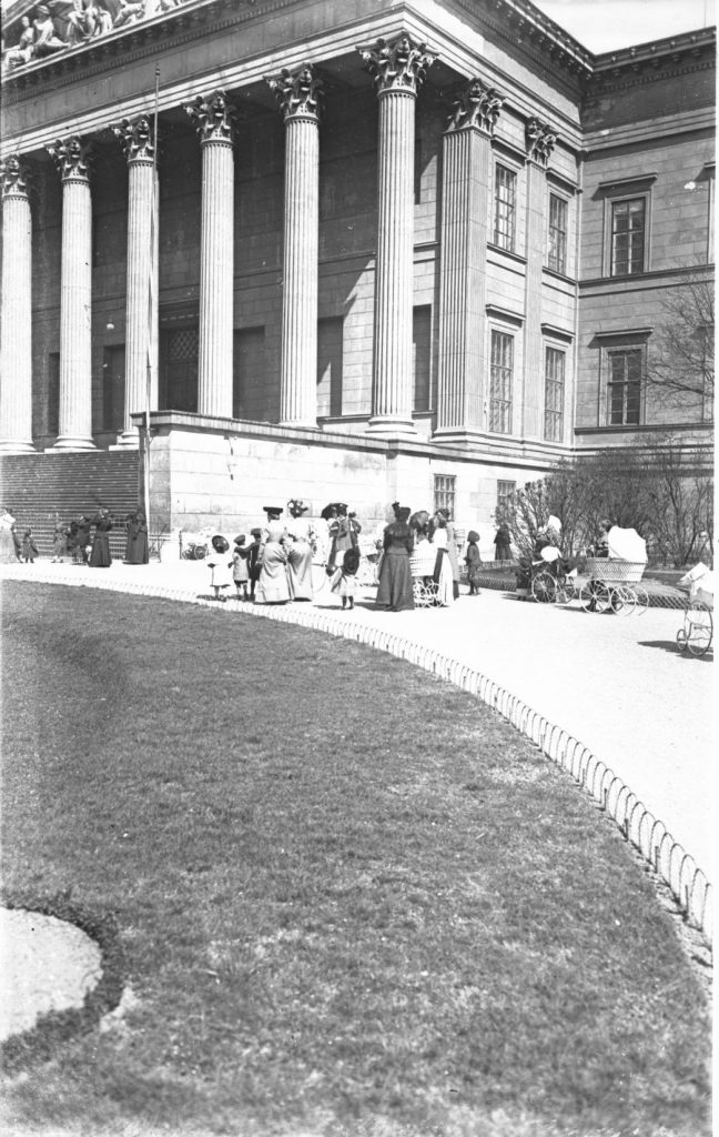 1906-ban már védték a pázsitot (MaNDA)