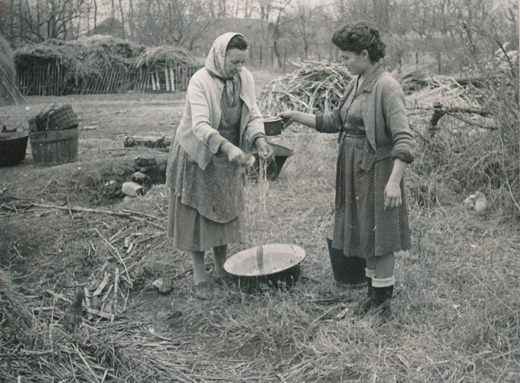 A tisztára mosott vékonybélbe töltötték a kolbászokat (MaNDA)