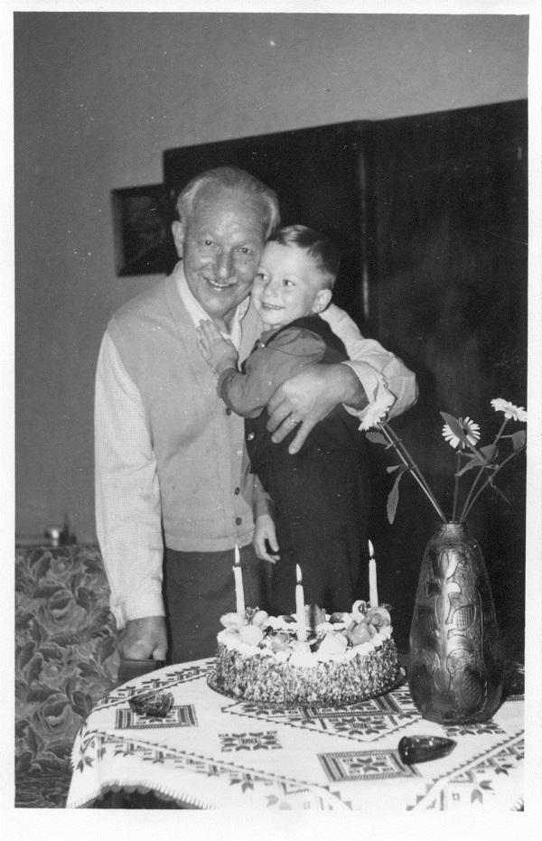 Benke Dezső cukrász és unokája (1950-es 60-as évek) - Magyar Kereskedelmi és Vendéglátóipari Múzeum, CC BY-NC-ND