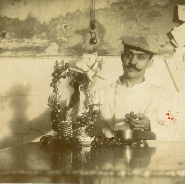 Díszítés a Gerbeaud csokoládégyárban - Magyar Kereskedelmi és Vendéglátóipari Múzeum, CC BY-NC-ND