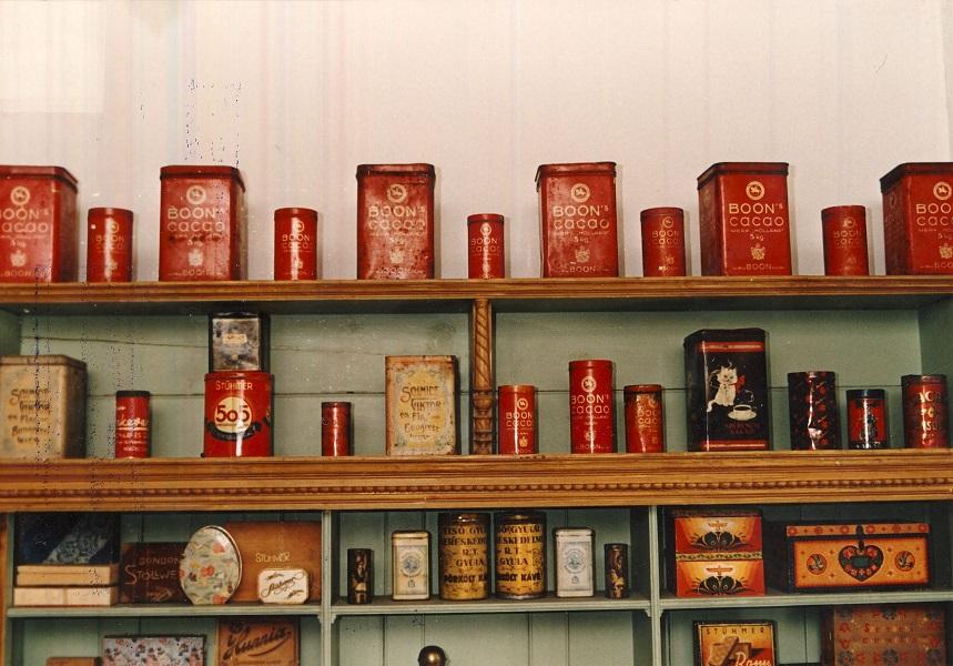 A gyulai boltmúzeum belső részlete, kakaóválaszték - Magyar Kereskedelmi és Vendéglátóipari Múzeum, CC BY-NC-ND