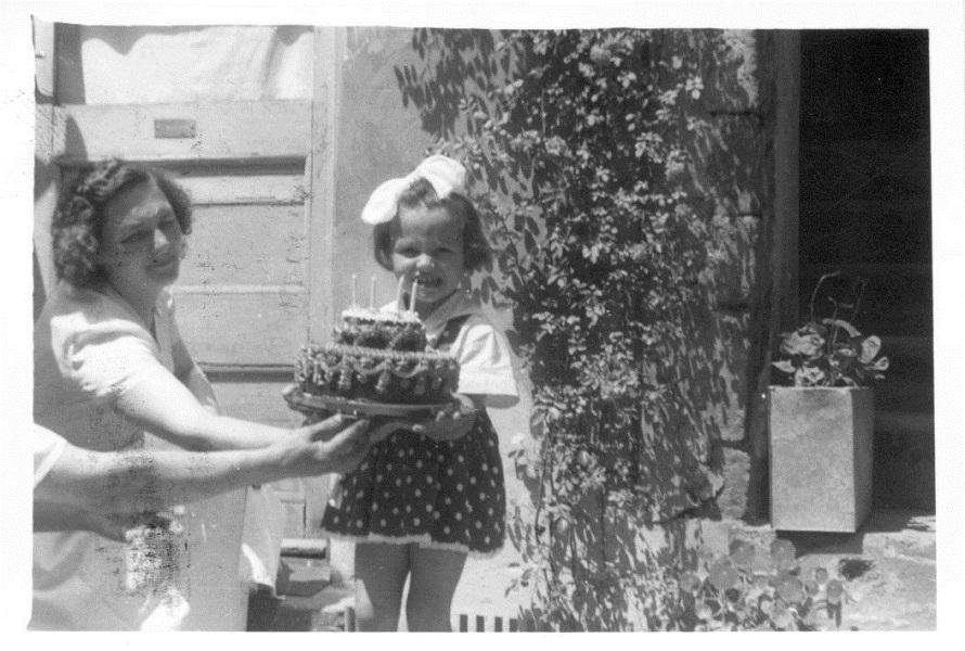 Németh József cukrászmester kislánya, Ibolya szülinapi tortájával (1959) - Magyar Kereskedelmi és Vendéglátóipari Múzeum, CC BY-NC-ND