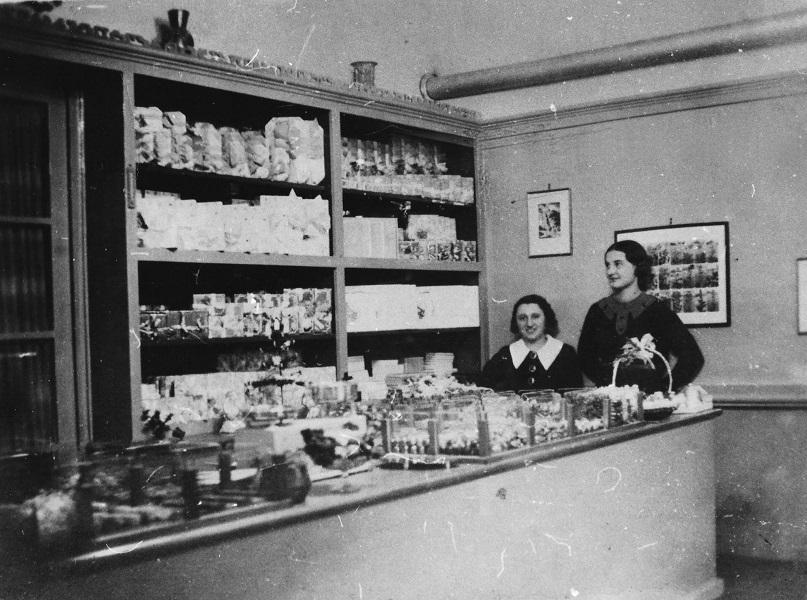 Stühmer üzlet Esztergomban (1936) - Magyar Kereskedelmi és Vendéglátóipari Múzeum, CC BY-NC-ND