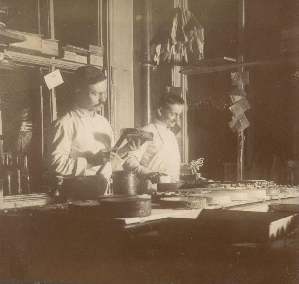 Tortakenés a Gerbeaud csokoládégyárban - Magyar Kereskedelmi és Vendéglátóipari Múzeum, CC BY-NC-ND
