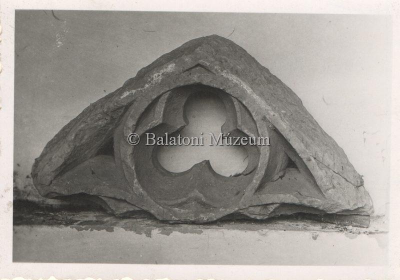 Kőfaragás a pálosok templomából (MaNDA)