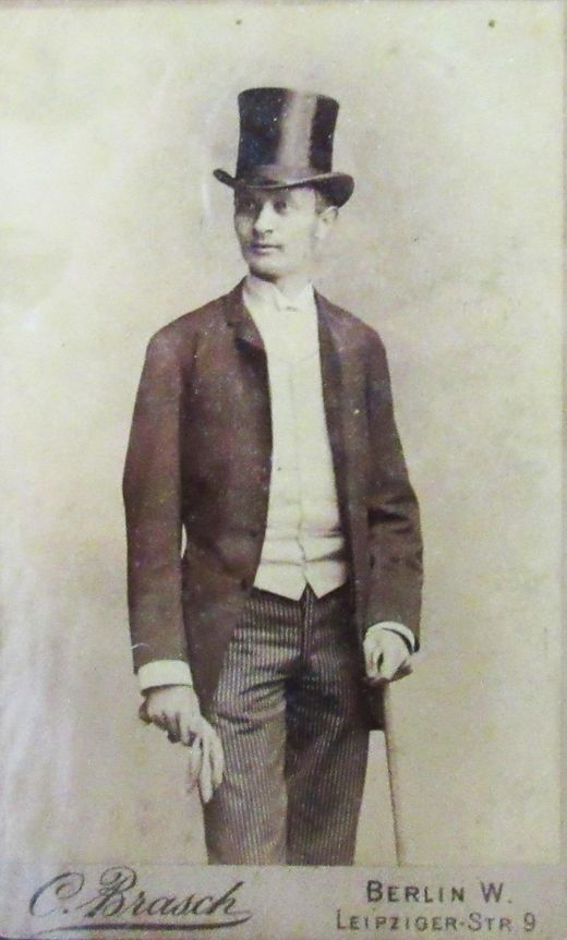 Darnay Kálmán elegáns öltözetben, cilinderrel (1885)