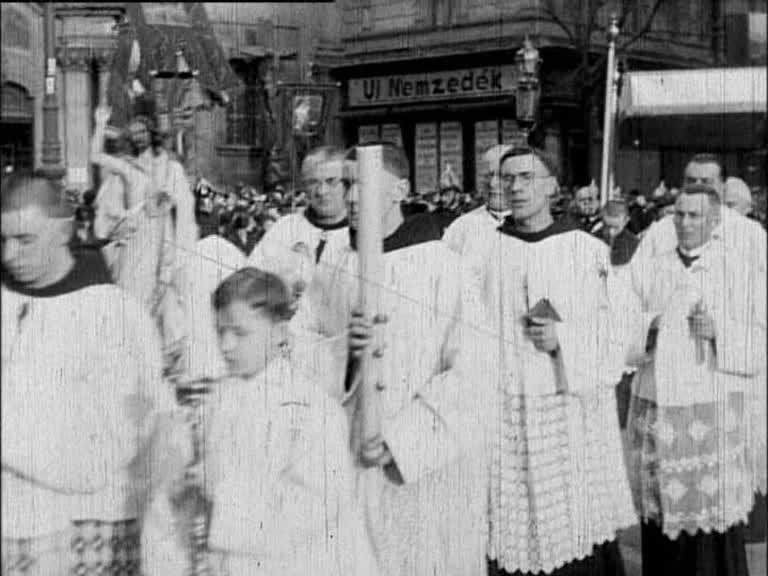 Ferences barátok feltámadási körmeneten 1926-ban (MaNDA)