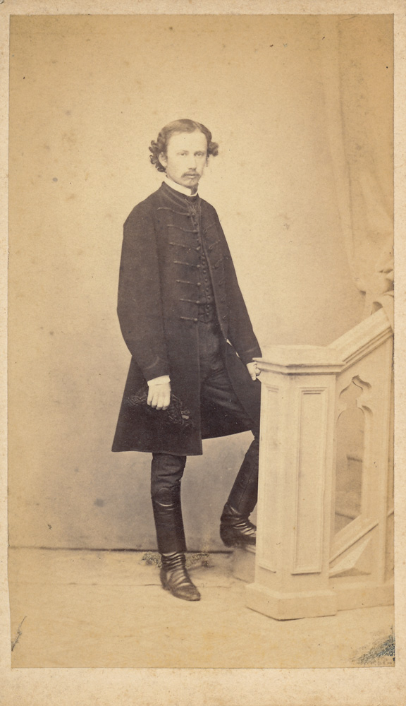 Férfi magyaros viseletben, sujtásos kabátban (1870 körül) - Városi Képtár Deák Gyűjtemény Székesfehérvár, CC BY-NC-ND