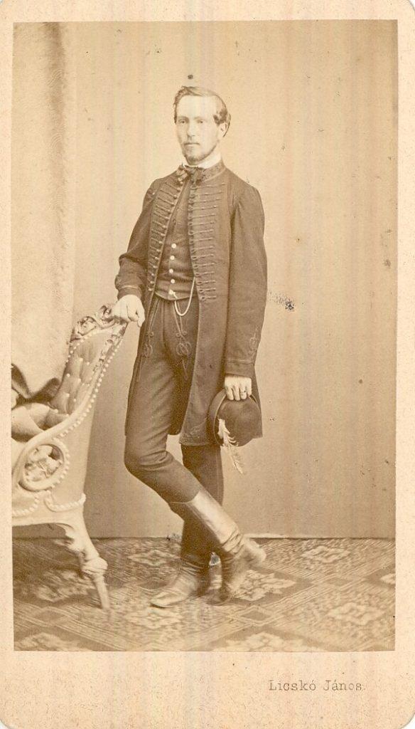 Fiatal férfi sujtásos öltözetben - Magyar Kereskedelmi és Vendéglátóipari Múzeum, CC BY-NC-ND