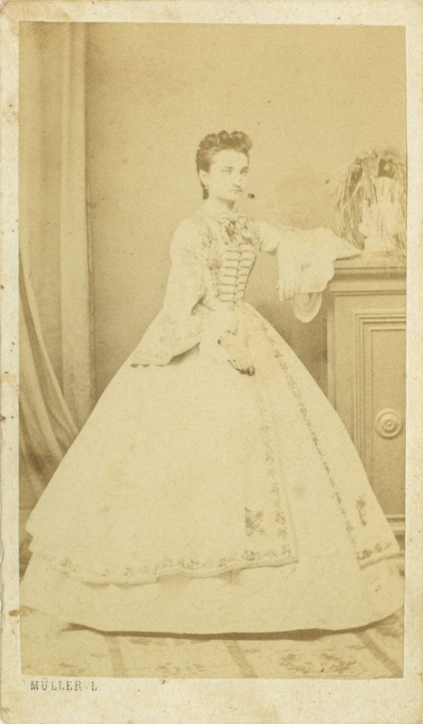 Fiatal lány világos, hímzett báli ruhában (1860-as évek) - Déri Múzeum, CC BY