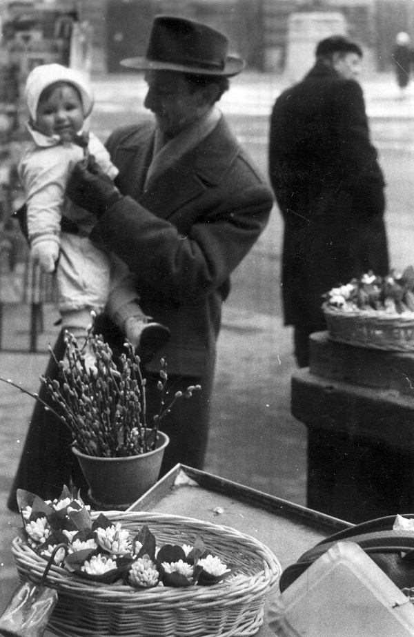 Hóvirágárus (1960-as évek eleje) - Magyar Kereskedelmi és Vendéglátóipari Múzeum, CC BY-NC-ND