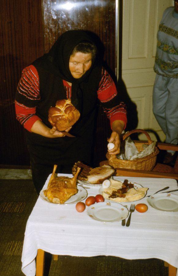 Római katolikus család húsvéti asztala: kalács, töltött tyúk, sárgatúró, tojás, sonka (1990) - Déri Múzeum, CC BY-NC-ND