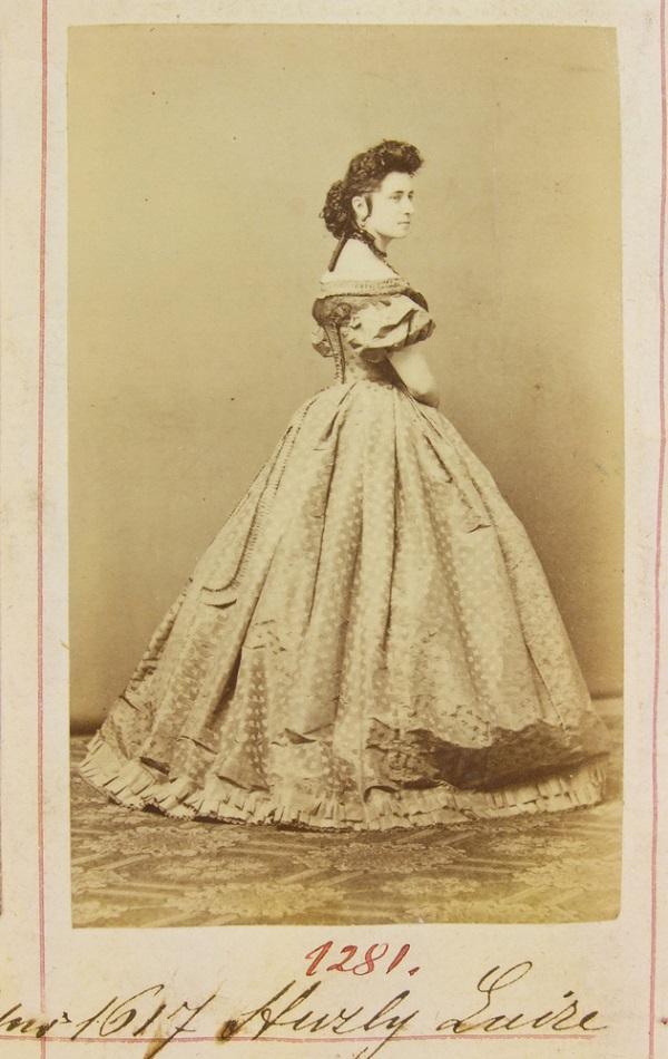 Huzly Luise portréja a Gondy-Egey albumban - Déri Múzeum, CC BY-NC-ND