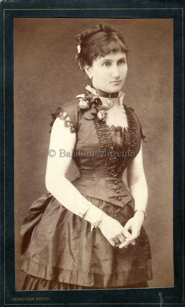 Ismeretlen fiatal nő fotója (1884) - Balatoni Múzeum, CC BY-NC-ND
