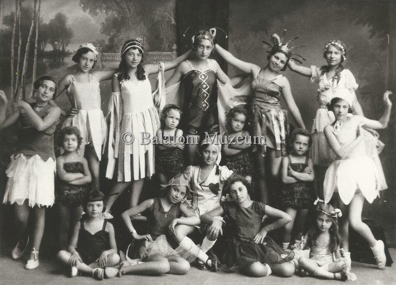 Keszthelyi iskolások műsora 1933-ban - Balatoni Múzeum, CC BY-NC-ND