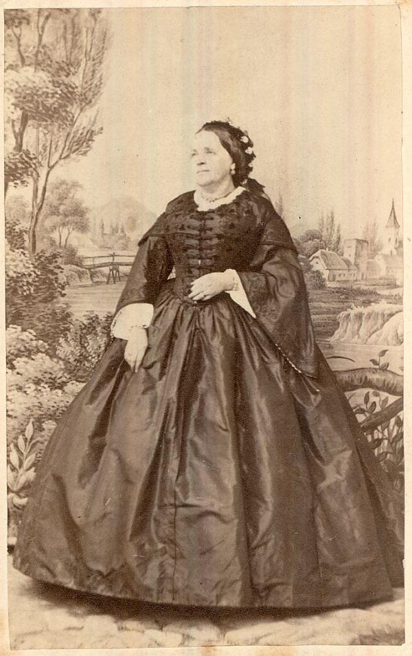 Leopolder Józsefné krinolinban (1860-as évek) - Magyar Kereskedelmi és Vendéglátóipari Múzeum, CC BY-NC-ND