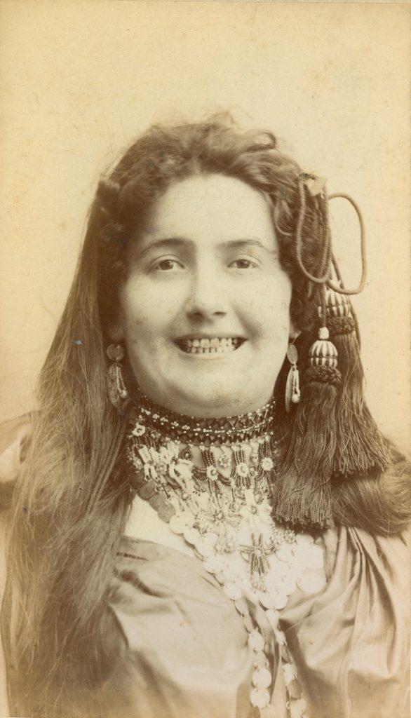 Lukács Júlia Rózsi jelmezében*, A cigány c. darabban* - Déri Múzeum, CC BY