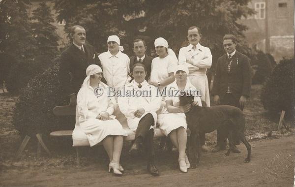 Ápolónők és orvosok a kórház udvarán - Balatoni Múzeum, CC BY-NC-ND