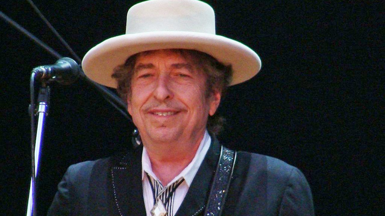 Hobo Bob Dylant játszik