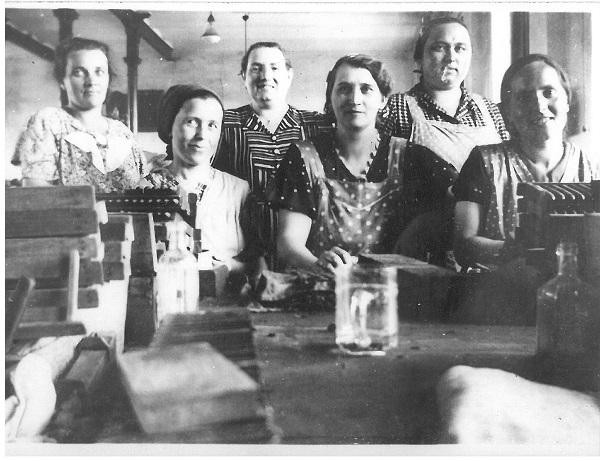 Fotó, dohánygyári munkásnők - Gróf Esterházy Károly Múzeum, Pápa, CC BY-NC-ND mcitem