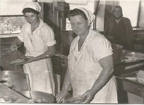 Konyhai alkalmazottak, Dunaújváros 1950-es évek - MKVM, CC BY-NC-ND