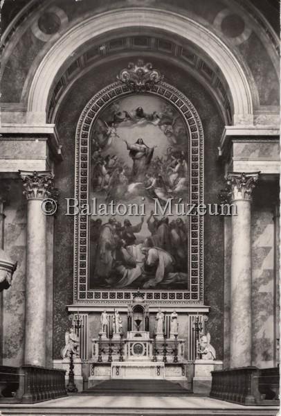 A szent püspök szobra a róla is elnevezett esztergomi bazilika főoltárán (MaNDA)