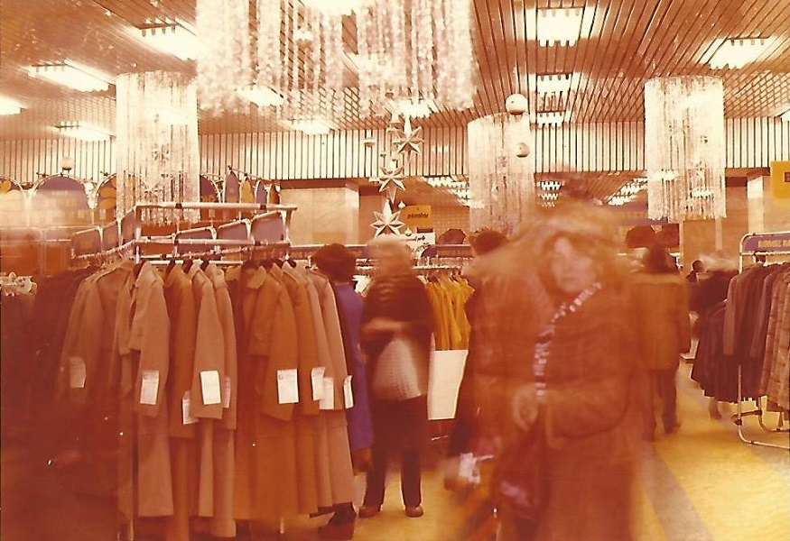 Corvin Áruház, ruházati osztály (1970-es évek) - Magyar Kereskedelmi és Vendéglátóipari Múzeum, CC BY-NC-ND