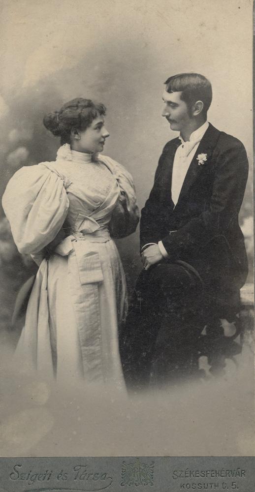 Fiatal pár (1900 körül) - Városi Képtár Deák Gyűjtemény Székesfehérvár, CC BY-NC-ND