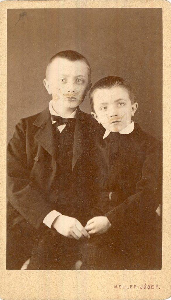 Fiúgyermekek rajzolt bajusszal (19. század vége) - Magyar Kereskedelmi és Vendéglátóipari Múzeum, CC BY-NC-ND