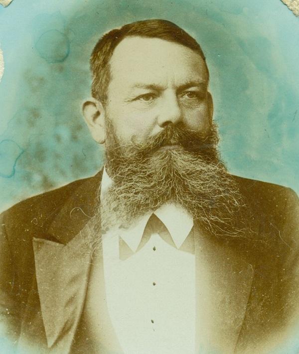 Fürst Tivadar színezett hátterű portré-fényképe (1900 körül) - Magyar Kereskedelmi és Vendéglátóipari Múzeum, CC BY-NC-ND