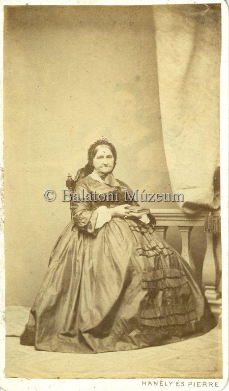 Hencz Honória édesanyjának portréja, mögötte halovány nőalak - Balatoni Múzeum, CC BY-NC-ND