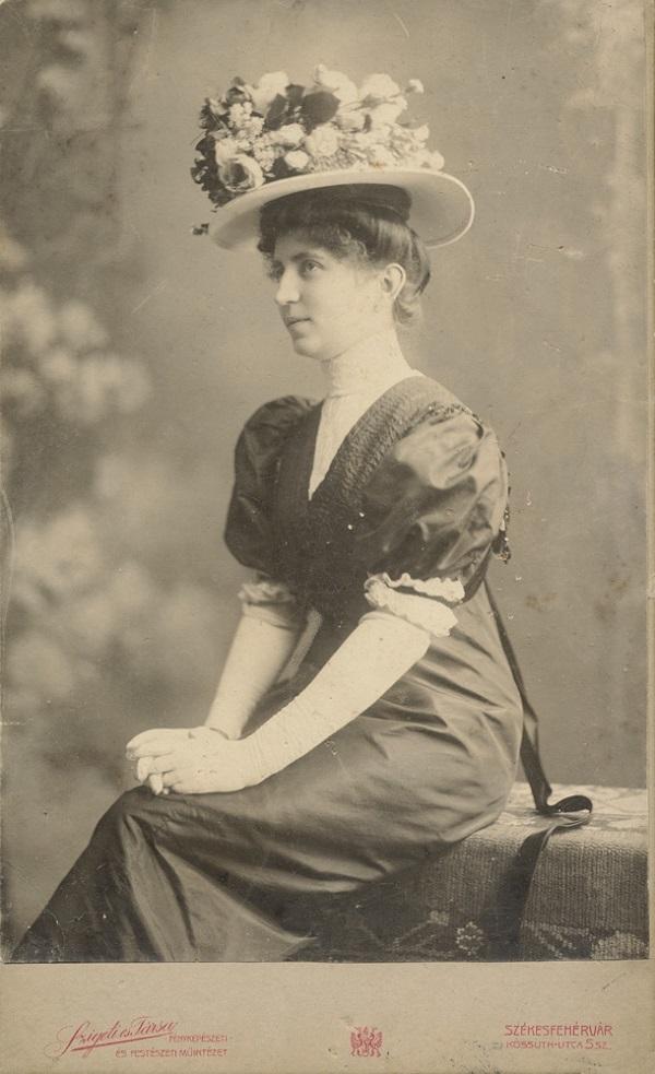 Hölgy virágos kalapban (1900 körül) - Városi Képtár Deák Gyűjtemény Székesfehérvár, CC BY-NC-ND