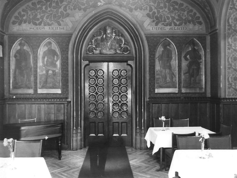 A Kárpátia Étterem asztalai között egy halovány emberalak (1977) - Magyar Kereskedelmi és Vendéglátóipari Múzeum, CC BY-NC-ND
