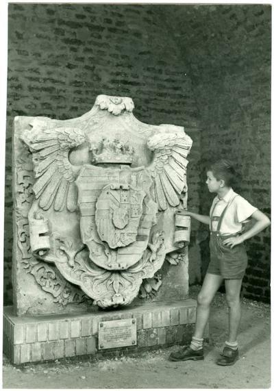 Miksa címere Győrben, amit ő építtetett modern erődítménnyé (MaNDA)