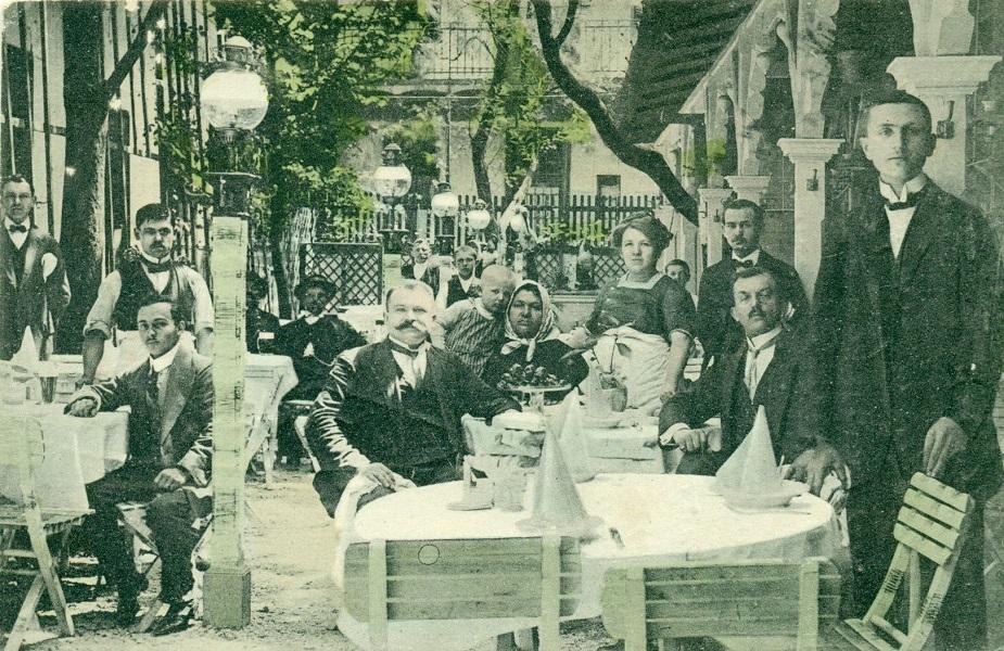 Molnár János Kis Pipa-vendéglőjének kerthelyisége, színezett levelezőlap (1918) - Magyar Kereskedelmi és Vendéglátóipari Múzeum, CC BY-NC-ND