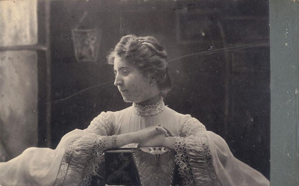 Női portré, ülő hölgy (1910 körül) - Városi Képtár Deák Gyűjtemény Székesfehérvár, CC BY-NC-ND