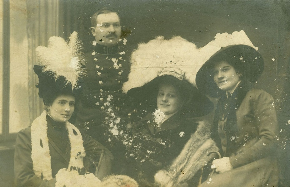 Nők tollas kalapban egy úr társaságában - Thorma János Múzeum, CC BY-NC-ND