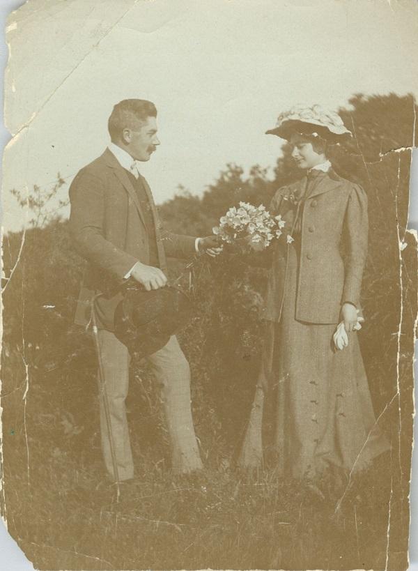 Téchy Amália férjével, Márk Györggyel a mezőn (századforduló) - Déri Múzeum, CC BY