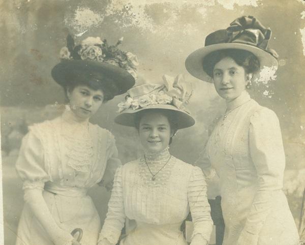 A három Osztás-nővér, Kíváncsi Illi unokastestvérei fehérben - Déri Múzeum, CC BY
