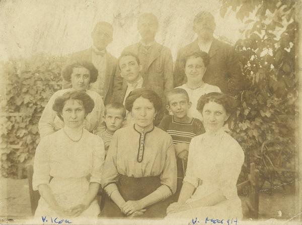 Varga Ilona, Jolán és Margit, családjuk körében - Déri Múzeum, CC BY