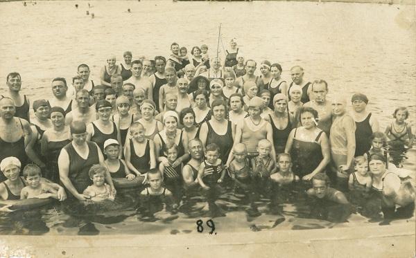 Fürdőzők csoportja a hajdúszoboszlói strandon, köztük Varga Ilona - Déri Múzeum, CC BY