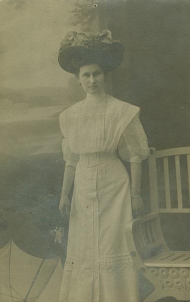 Varga Ilona - Kíváncsi Illi - fehér ruhás-napernyős-kalapos portréja - Déri Múzeum, CC BY